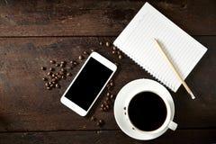 taza de café y de smartphone en la madera Fotografía de archivo libre de regalías