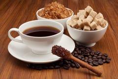 Taza de café y de Sugar Cinnamon Stick Fotografía de archivo