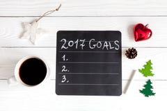 Taza de café y de tablero con las metas por Año Nuevo Fotografía de archivo libre de regalías