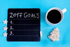 Taza de café y de tablero con las metas por Año Nuevo Fotos de archivo
