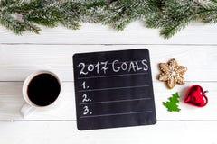 Taza de café y de tablero con las metas por Año Nuevo Imagen de archivo libre de regalías