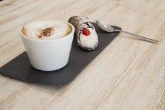 Taza de café y de torta en café Imagen de archivo