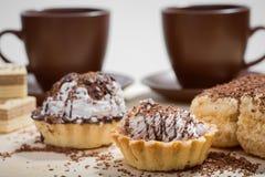 Taza de café y de torta en una tabla Imagen de archivo libre de regalías