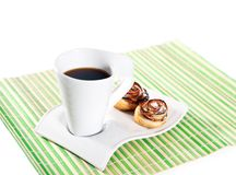 Taza de café y de tortas calientes para el desayuno Fotografía de archivo