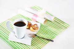 Taza de café y de tortas calientes para el desayuno Foto de archivo libre de regalías
