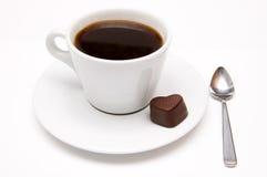 Taza de café y de un corazón del chocolate Imagen de archivo libre de regalías