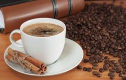 Taza de café y de un libro Imagenes de archivo