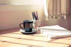Taza de café y de un libro Imágenes de archivo libres de regalías