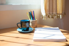 Taza de café y de un libro Fotografía de archivo libre de regalías
