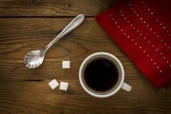 Taza de café y de una bufanda roja Fotografía de archivo libre de regalías
