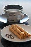 Taza de café y de una placa de c Fotos de archivo libres de regalías