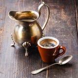 Taza de café y desnatadora Imagenes de archivo