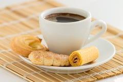 Taza de café y diversas clases de galletas Fotos de archivo