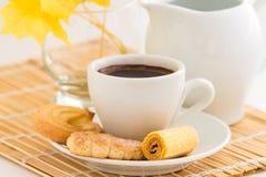 Taza de café y diversas clases de galletas Imagen de archivo