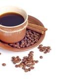 Taza de café y fondo de las habas Fotos de archivo
