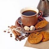 Taza de café y fondo de las habas Foto de archivo libre de regalías