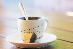 Taza de café y galleta en forma de corazón de la torta dulce Imagen de archivo