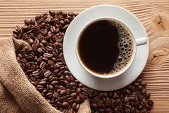 Taza de café y de granos de café fotografía de archivo