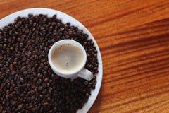 Taza de café y de granos de café asados Fotografía de archivo