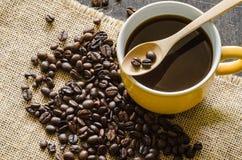 Taza de café y granos de café foto de archivo