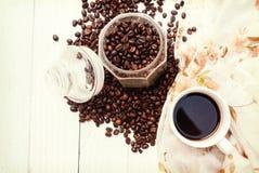 Taza de café y granos de café en la tabla, espacio libre de la bandera para su texto Foto de archivo libre de regalías
