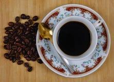 Taza de café y granos del café Imagen de archivo