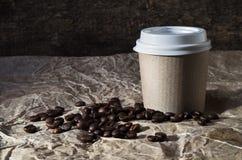 Taza de café y granos del café Imagenes de archivo