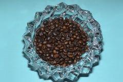 Taza de café y granos de café en la tabla Fotografía de archivo
