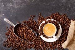 Taza de café y de granos de café en un saco, visión superior Foto de archivo