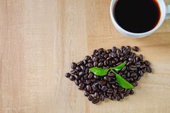 Taza de café y granos de café orgánicos fotografía de archivo