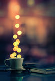 Taza de café y luces borrosas Imagen de archivo