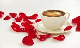 Taza de café y pétalos color de rosa Imágenes de archivo libres de regalías