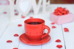 Taza de café y de regalo en fondo borroso Fotografía de archivo