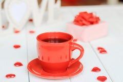 Taza de café y de regalo en fondo borroso Imagen de archivo libre de regalías