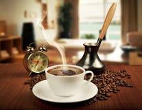 Taza de café y reloj de alarma fotografía de archivo