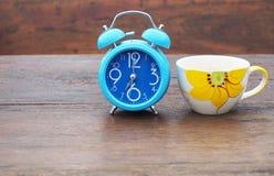 Taza de café y reloj de alarma Fotografía de archivo libre de regalías