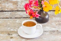 Taza de café y salsa de chocolate Foto de archivo libre de regalías