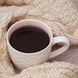 Taza de café y suéter hecho punto Foto diseñada caliente de Christams Copie el espacio para el texto Foto suave Imagen de archivo