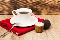 Taza de café y un puñado de biscotti hecho en casa con el chocolate y las almendras en una tabla de madera Fotos de archivo