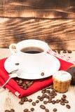 Taza de café y un puñado de biscotti hecho en casa con el chocolate y las almendras en una tabla de madera Imágenes de archivo libres de regalías