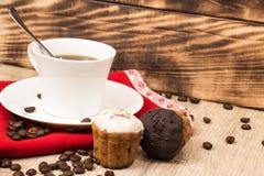 Taza de café y un puñado de biscotti hecho en casa con el chocolate y las almendras en una tabla de madera Imagen de archivo libre de regalías