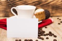 Taza de café y un puñado de biscotti hecho en casa con el chocolate y las almendras en una tabla de madera Foto de archivo libre de regalías