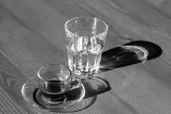 Taza de café y de vidrio fotografía de archivo