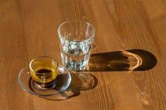 Taza de café y de vidrio imagen de archivo libre de regalías