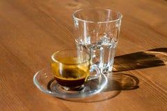 Taza de café y de vidrio fotografía de archivo libre de regalías