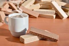 Taza de café y waffels Imagen de archivo libre de regalías