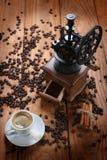 Taza de café, amoladora de café, granos de café en un saco Fotografía de archivo libre de regalías