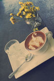 Taza de café caliente del latte o del capuchino con arte del latte del cisne Imagen de archivo libre de regalías