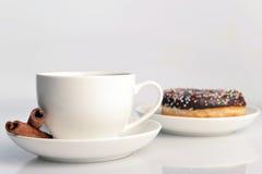 Taza de café con el buñuelo dulce Imagen de archivo libre de regalías