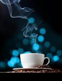Taza de café con humo y bokeh abstracto Imagenes de archivo